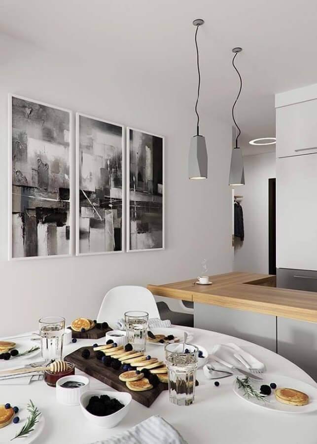 parede com quadros para sala de jantar integrada com a cozinha com decoração minimalista  Foto Otimizi