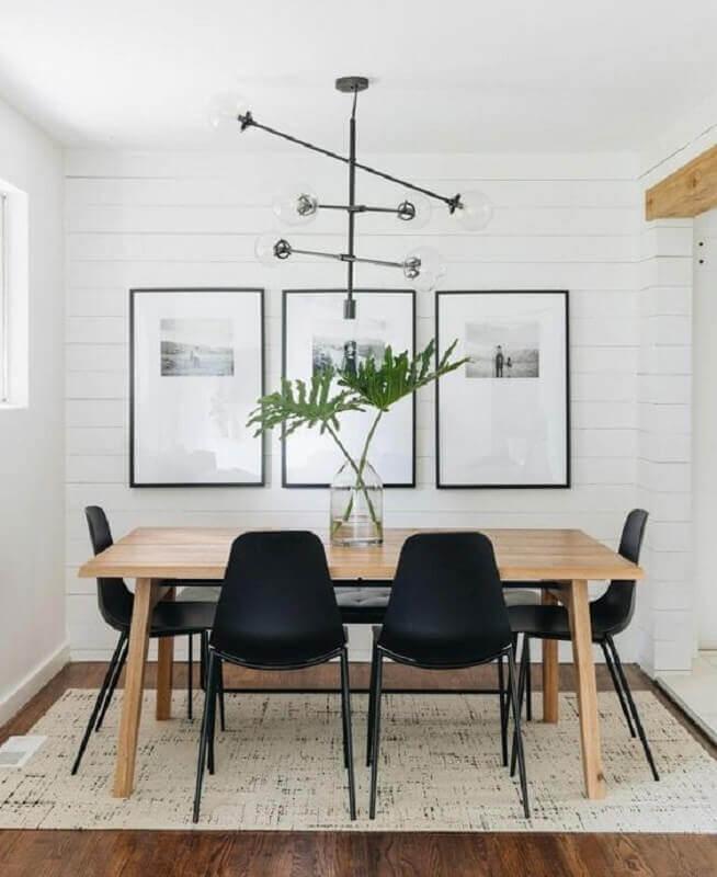 parede com quadros para sala de jantar minimalista decorada com mesa de madeira Foto Article