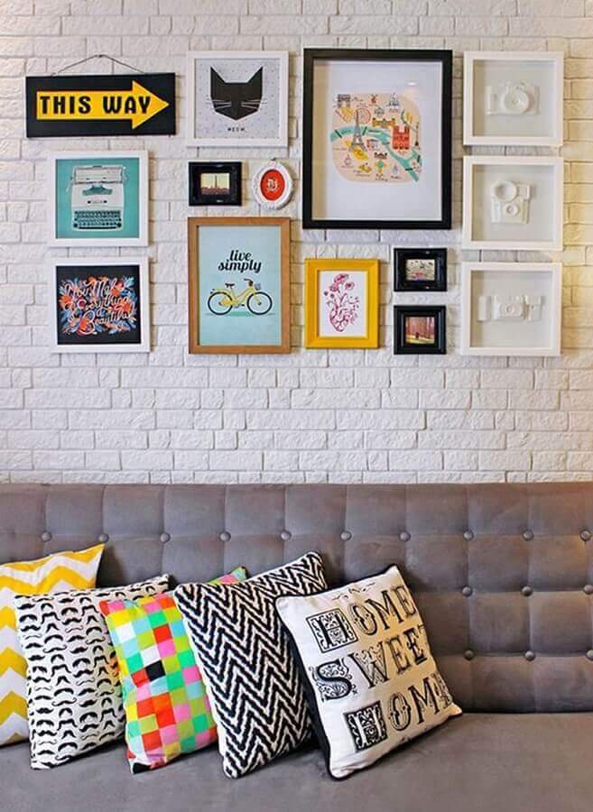 parede com quadros para sala decorada com parede de tijolinho branco Foto Studio Mira Arquitetura