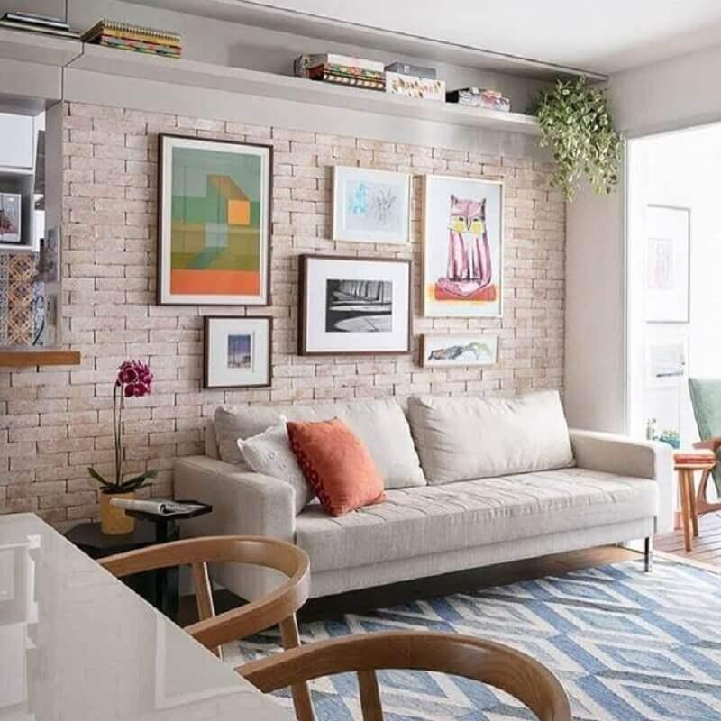 parede com quadros para sala decorada com tapete geométrico e parede rústica  Foto We Heart It
