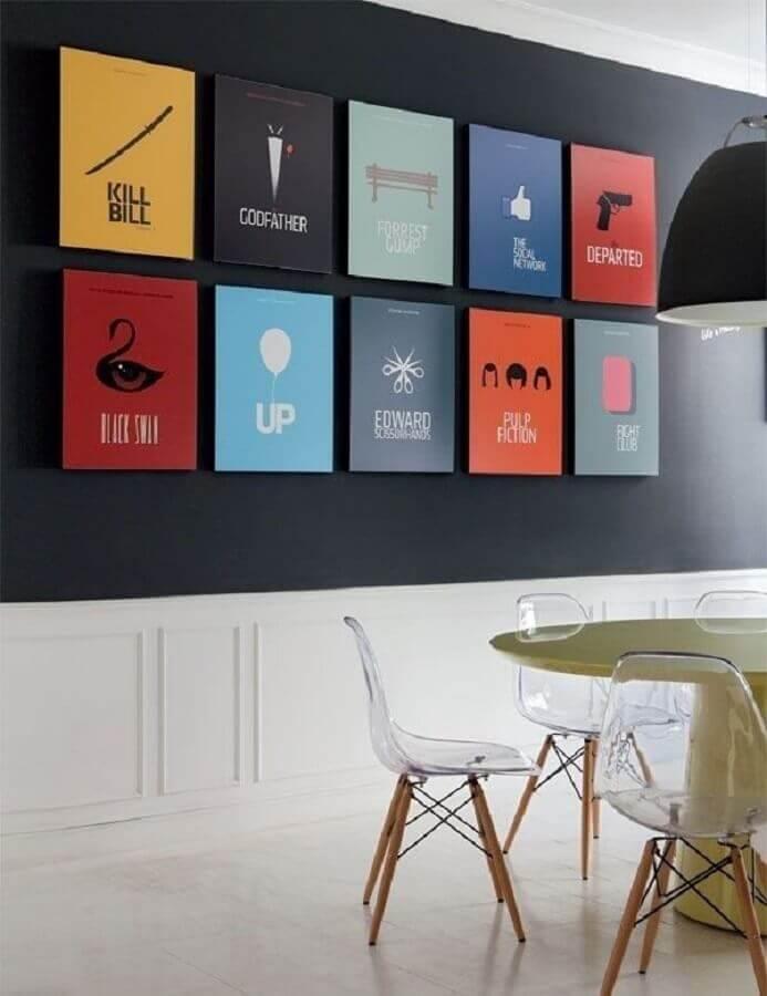 parede decorada com quadros coloridos para sala de jantar com cadeiras translucidas Foto Muito Chique