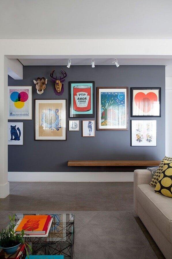 parede decorada com quadros para sala cinza e branca  Foto Casa de Valentina
