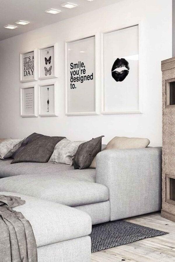 parede decorada com quadros para sala toda branca  Foto Archzine