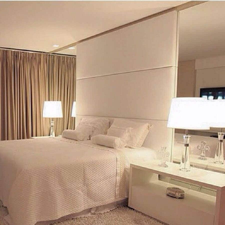 parede espelhada para decoração de quarto de casal bege  Foto Arquitrecos