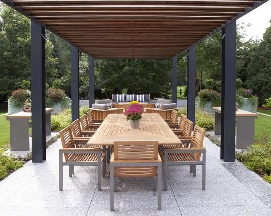 Pergolado de madeira com mesa para jardim