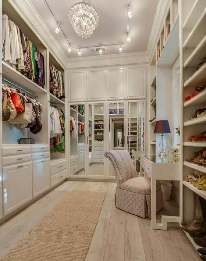 poltrona confortável para decoração de closet planejado com penteadeira Foto Ebby Halliday