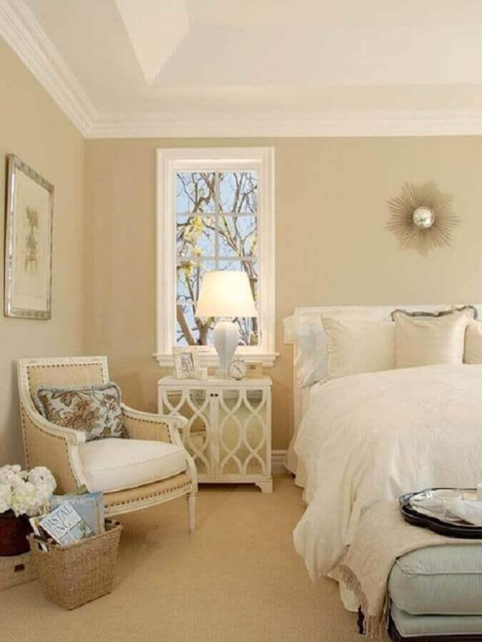 poltrona confortável para decoração de quarto bege de casal  Foto Pinterest