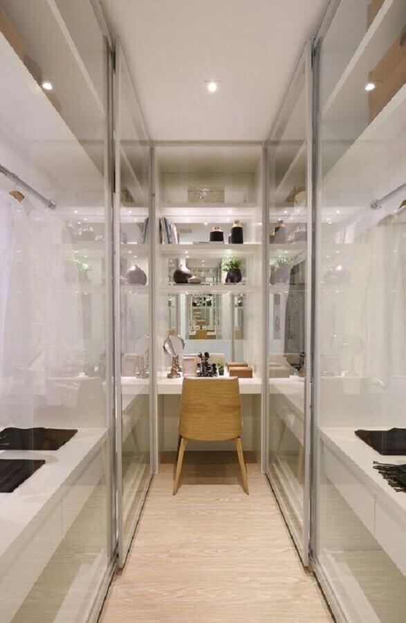poltrona de madeira para decoração de closet planejado com penteadeira Foto Homify