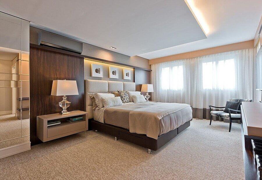 poltrona de madeira para decoração de quarto bege e marrom Foto Jeito de Casa
