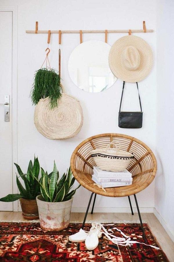 poltrona rústica para hall decorado com cabideiro de parede Foto Brit+Co