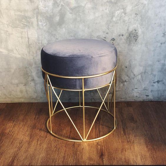 Puff aramado cinza e dourado