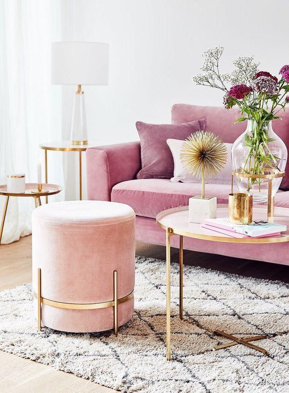 Sala cor de rosa com puff rose gold