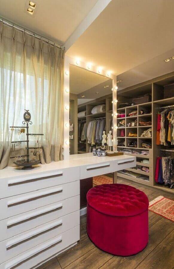 puff rose capitonê para decoração de closet com penteadeira camarim Foto Jeito de Casa