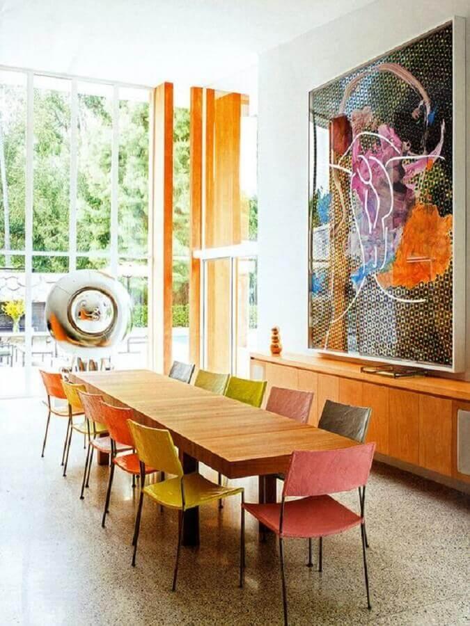 quadro abstrato grande para sala de jantar decorada com mesa de madeira e cadeiras coloridas Foto Arkpadquadro abstrato grande para sala de jantar decorada com mesa de madeira e cadeiras coloridas Foto Arkpad