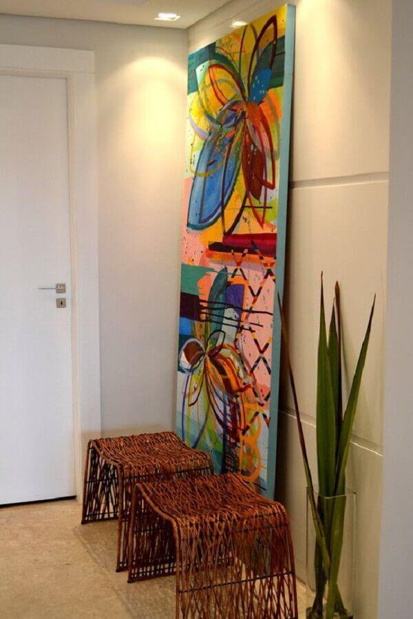 quadro grande colorido para decoração de hall com bancos rústicos Foto Homify