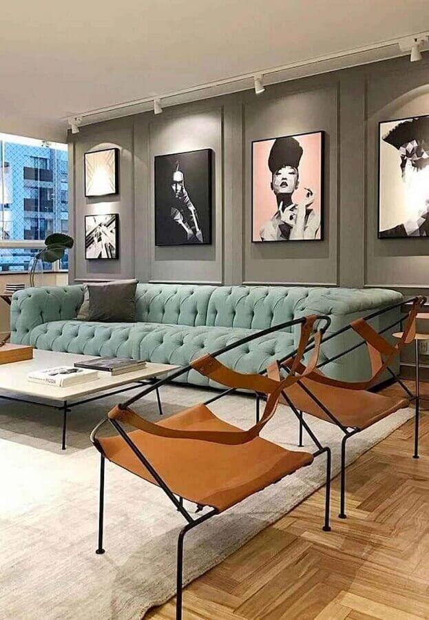 quadros decorativos grandes para sala de estar moderna decorada com sofá capitonê Foto Pinterest