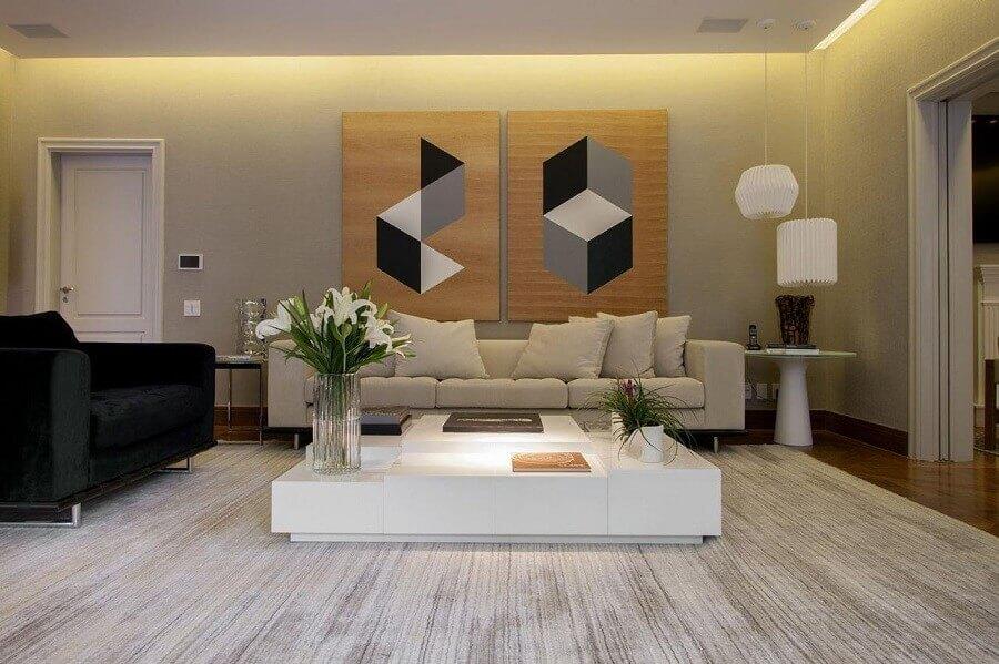 quadros para sala grande decorada com poltrona preta e mesa de centro branca Foto Pinterest