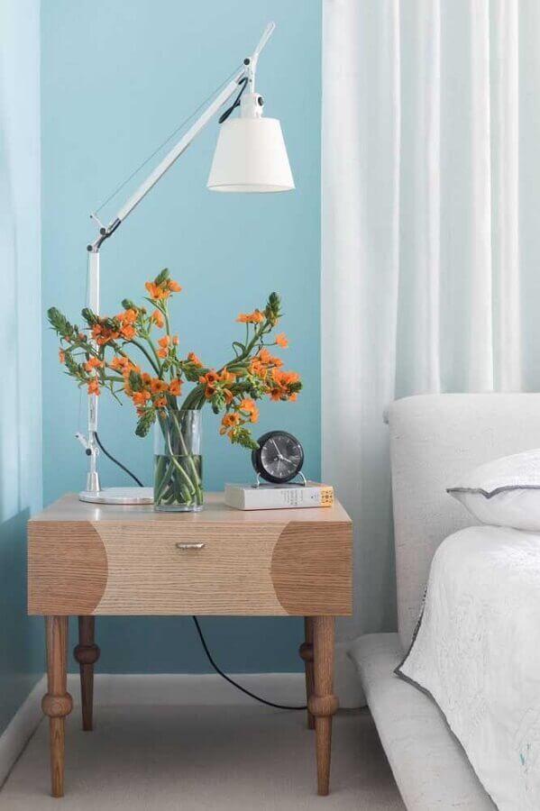 quarto azul e branco decorado com criado mudo de madeira antigo Foto Houzz