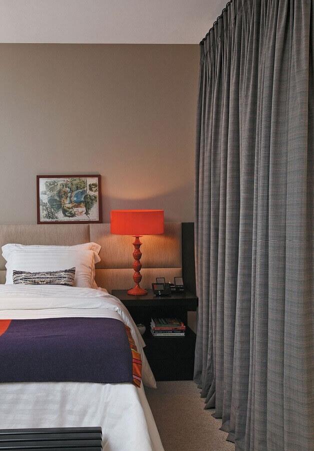 quarto bege e cinza decorado com abajur vermelho e criado mudo preto  Foto Home Fashion Trend