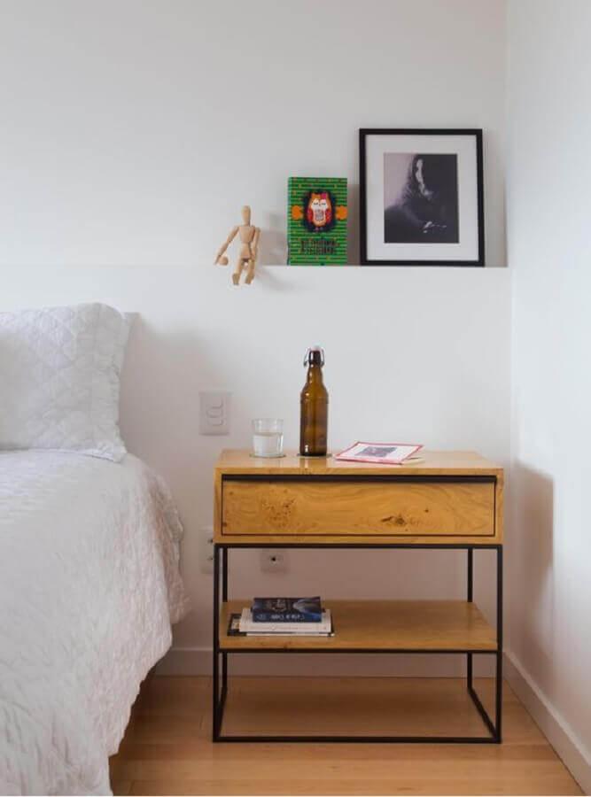 quarto branco decorado com criado mudo de ferro e madeira Foto Homedit