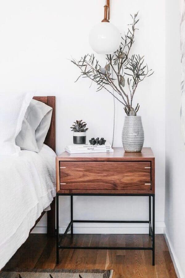quarto branco decorado com criado mudo de ferro e madeira Foto Woodek Design