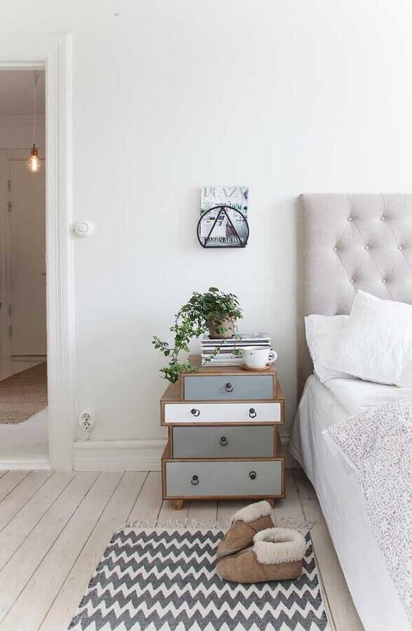 quarto branco decorado com criado mudo de madeira diferente com várias gavetas Foto Home Fashion Trend