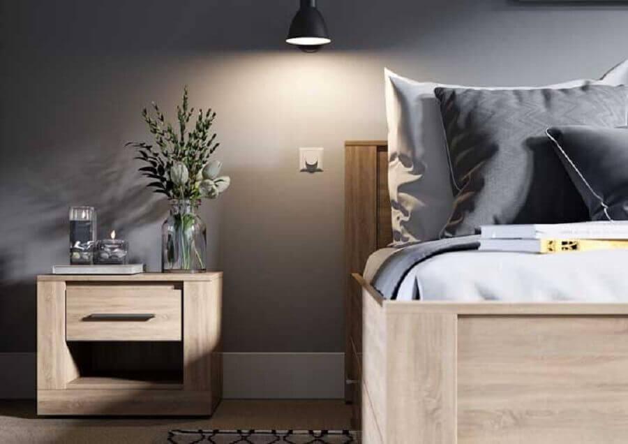 quarto cinza decorado com criado mudo de madeira maciça com gaveta  Foto Pinterest