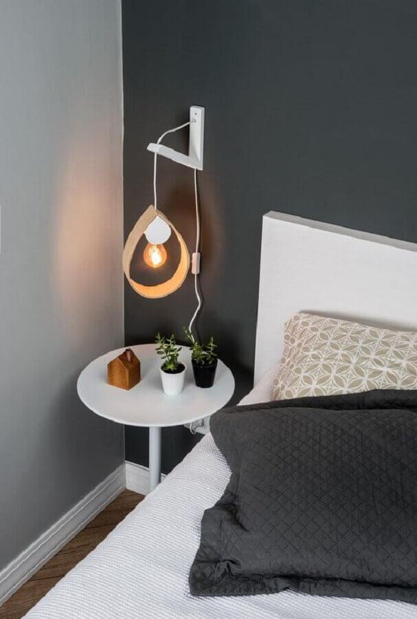 quarto cinza e branco decorado com luminária de parede simples Foto Boobam