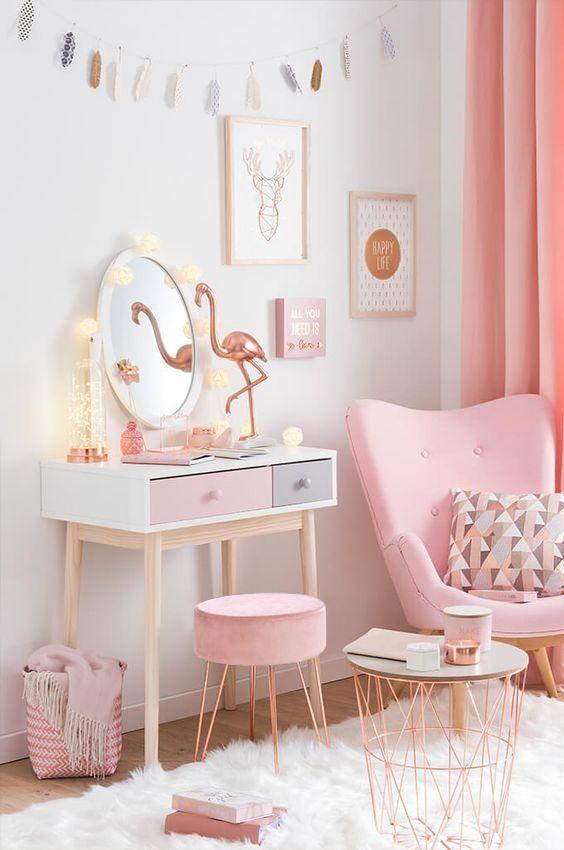 Quarto rosa com puff aramado cobre e móveis combinando