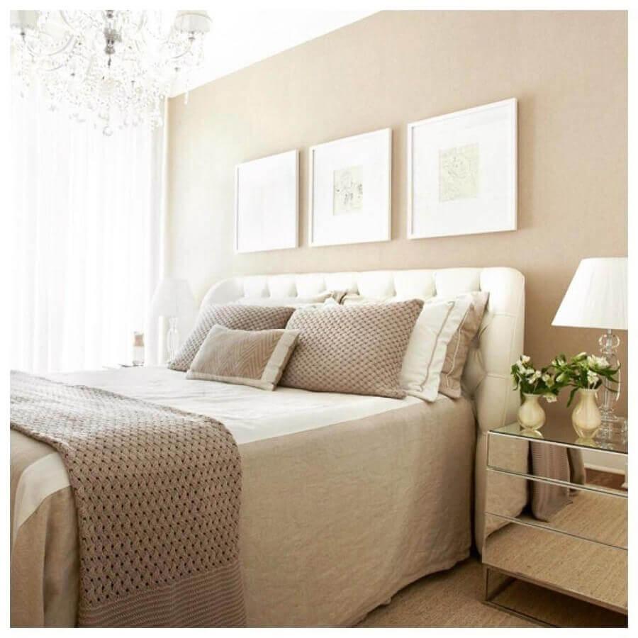 quarto de casal bege decorado com cabeceira capitonê e criado mudo espelhado Foto Pinterest