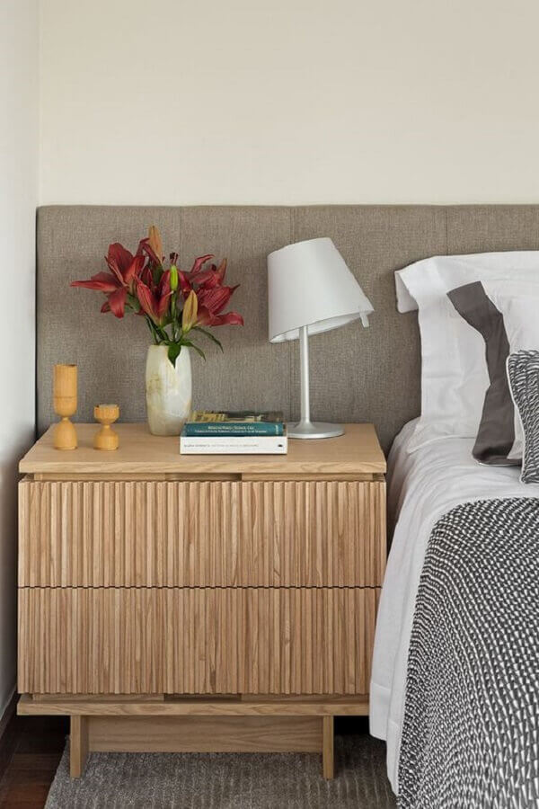 quarto de casal decorado com cabeceira cinza e criado mudo de madeira maciça Foto Casa de Valentina