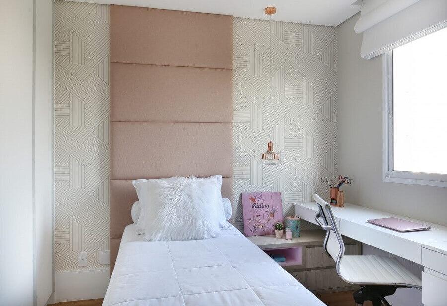 quarto de mulher solteira branco e rosa decorado com cabeceira estofada e papel de parede delicado Foto Belluzzo Martinhão