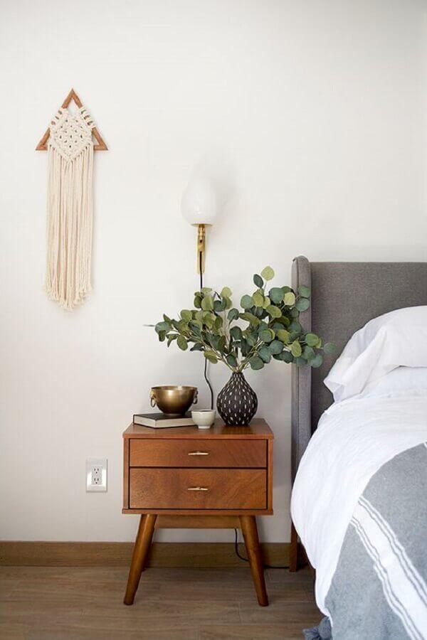 quarto decorado com cabeceira cinza e criado mudo de madeira retrô Foto Jeito de Casa