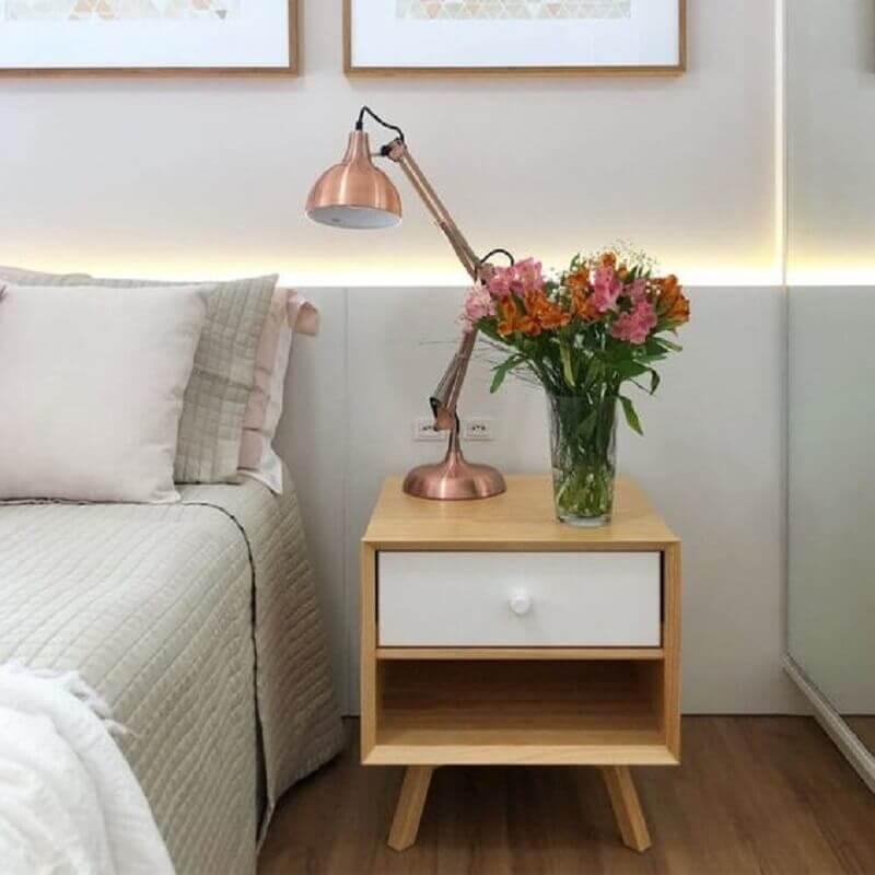 quarto decorado com criado mudo de madeira com gaveta branca Foto Urban Outfitters