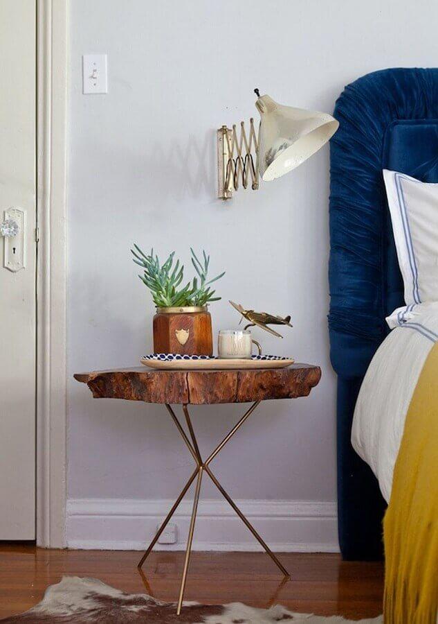 quarto decorado com criado mudo de madeira de demolição redondo Foto Archtrends