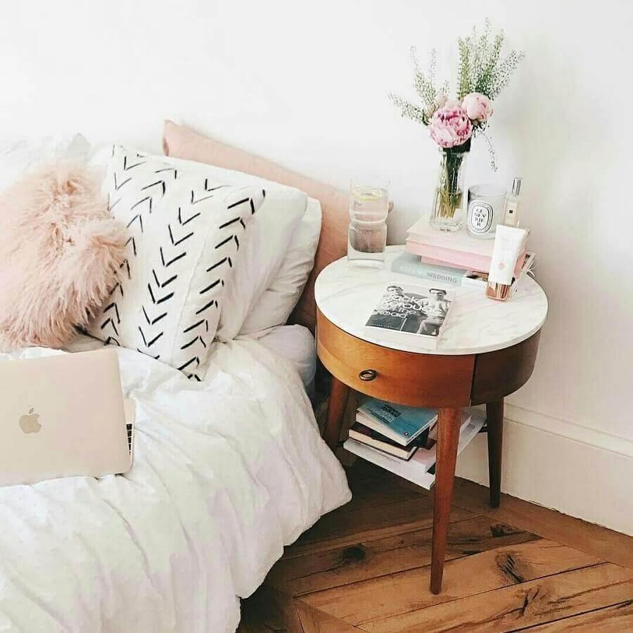 quarto feminino decorado com criado mudo de madeira redondo  Foto Rumankita
