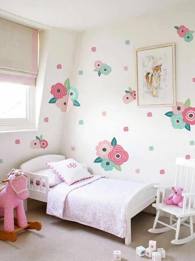 quarto feminino infantil simples decorado com papel de parede floral Foto DecoRelated