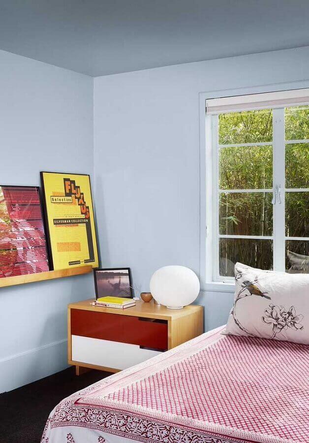 quarto simples decorado com criado mudo de madeira com gavetas Foto Pinterest