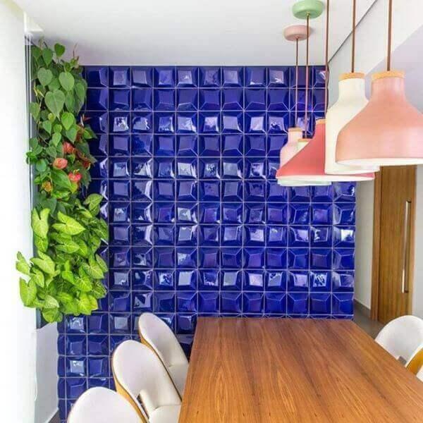 Revestimento azul e 3D para sala de jantar moderna integrada com a cozinha