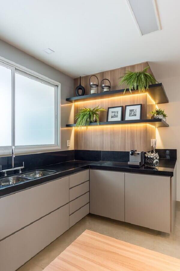 revestimento amadeirado para decoração de cozinha com balcão de canto e fita led para prateleiras Foto RP Guimarães