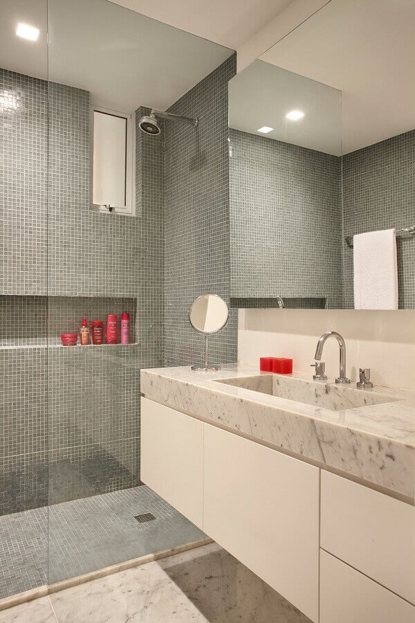 revestimento cinza claro para decoração de banheiro com gabinete branco Foto Todo Dia Arquitetura