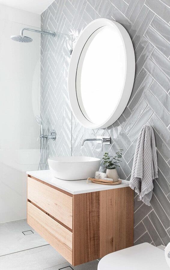 revestimento cinza claro para decoração de banheiro com gabinete suspenso de madeira Foto Pinterest