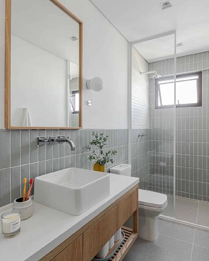 revestimento cinza para banheiro branco decorado com gabinete de madeira Foto Duda Senna
