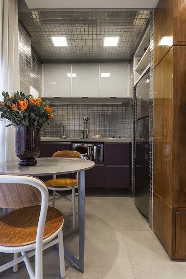 revestimento cinza para cozinha pequena decorada com armários planejados Foto Maurício Karam
