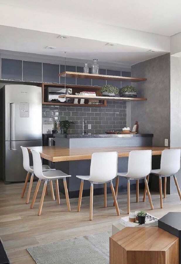 revestimento cinza para cozinha planejada com bancada de madeira Foto Pinterest