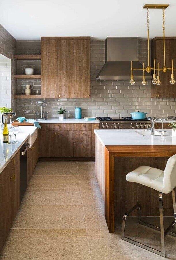 revestimento cinza para decoração de cozinha de madeira com ilha Foto Casa de Valentina