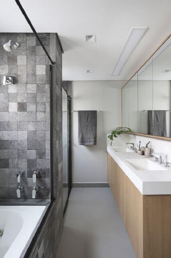 revestimento cinza quadriculado para banheiro decorado com gabinete de madeira Foto Quattrino Arquitetura