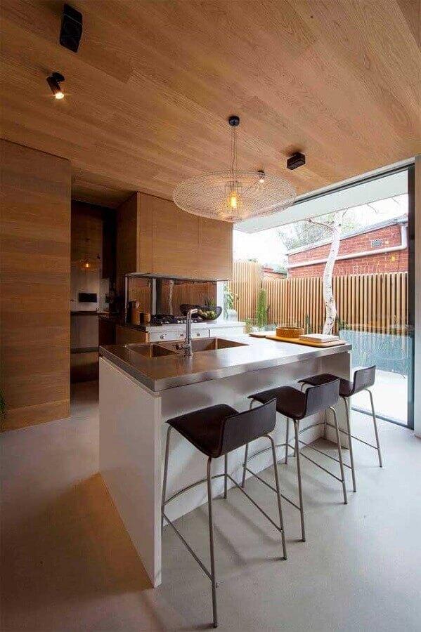 revestimento de madeira para decoração de área gourmet moderna com churrasqueira de vidro Foto Houzz