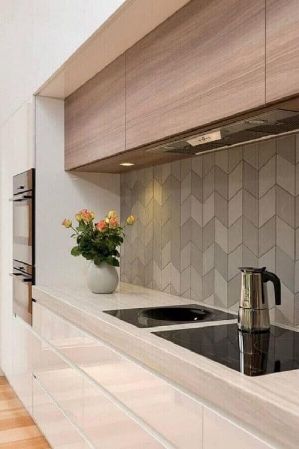 revestimento de parede cinza para cozinha moderna planejada com armário aéreo de madeira Foto Pinterest
