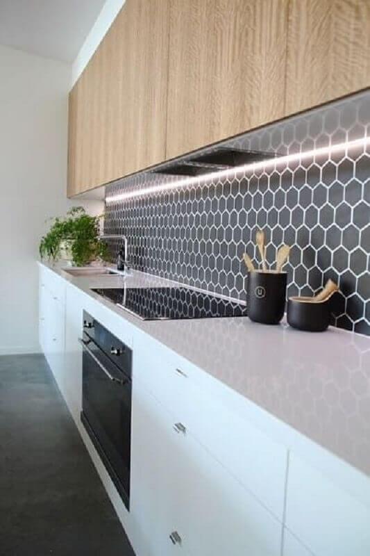 revestimento hexagonal cinza escuro para decoração de cozinha com armário aéreo de madeira Foto Jeito de Casa
